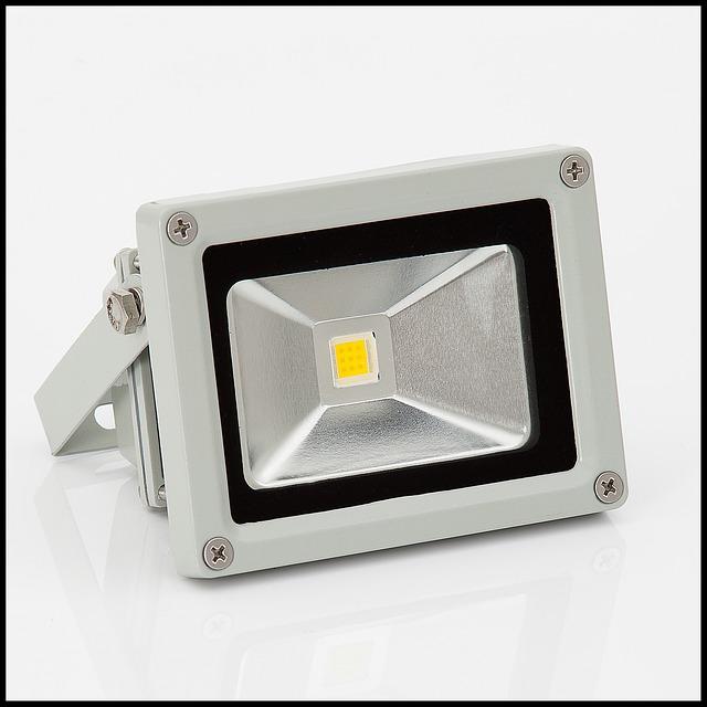Posvieťte si nepovolaných hostí LED reflektorom